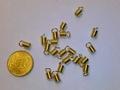 20 ronde gedraaide leerklemmetjes 4,5x8mm goudkleurig