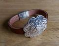 Armbandje Leer met 4cm schuifbare metalen bloem